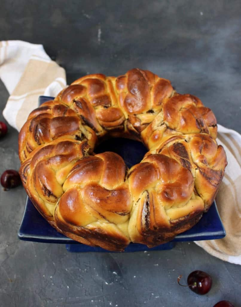 The full bread wreath on a cake stand.