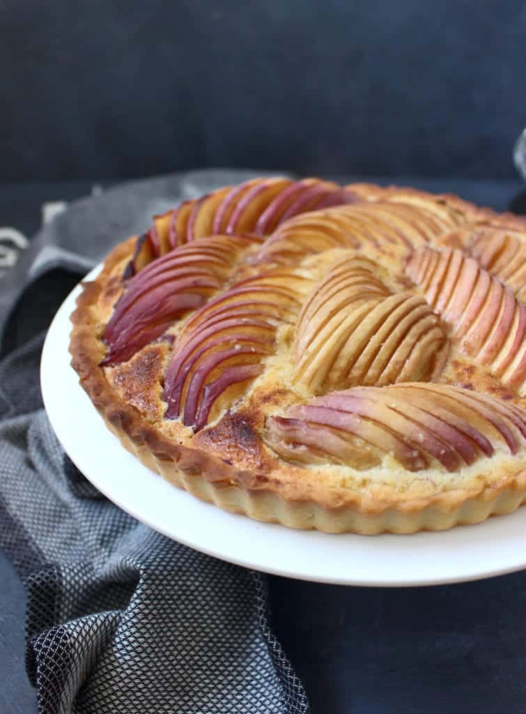 Side view of the tart showing details of the disposition of the peaches on the cream.