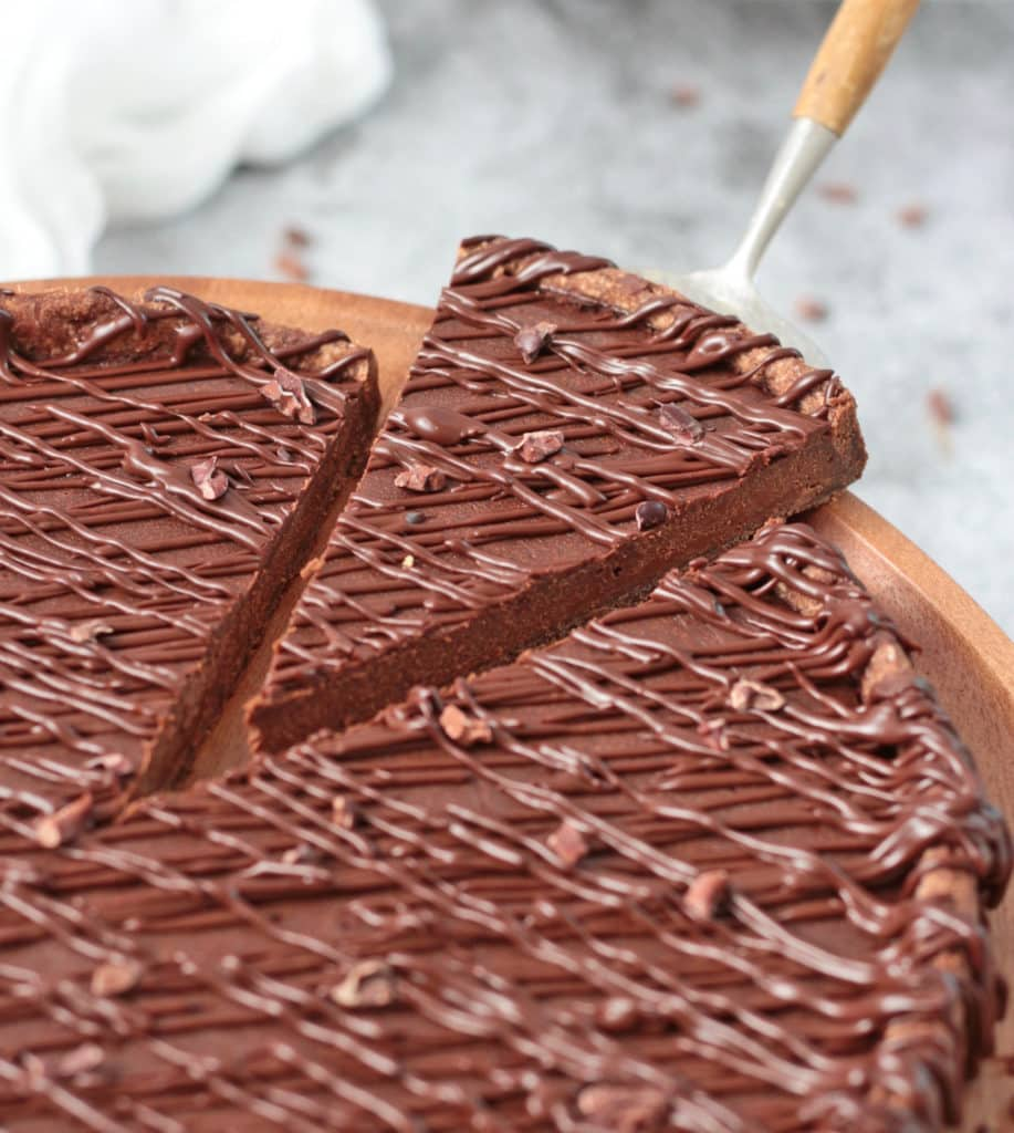 Zoom on a tart slice being cut